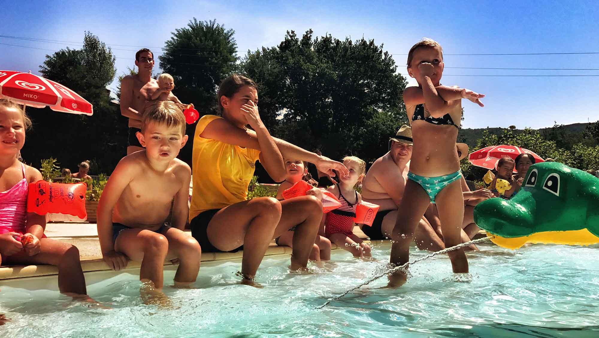 rijtje-zwembad-kinderen-camping-la-garenne
